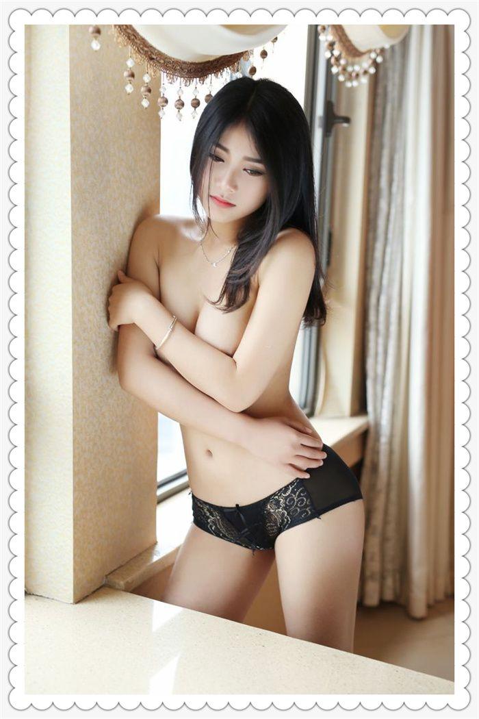 靓丽美女窗边半裸露粉嫩身材,寂寞自摸酥胸艺术照写真照