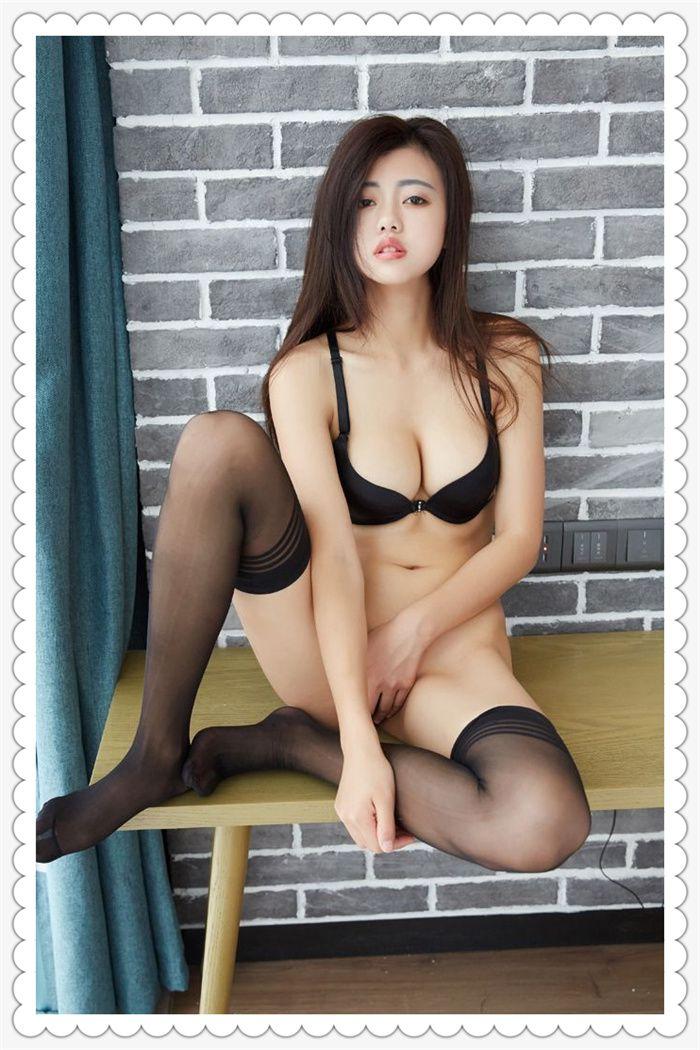 极品黑丝袜美女秀美乳,张开白嫩的美足自摸下体性感写真集